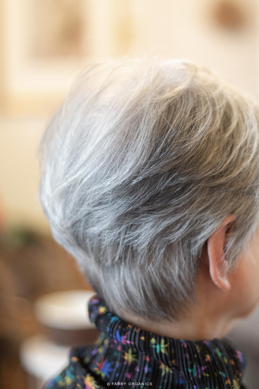 キラリと輝くグレイヘアスタイル